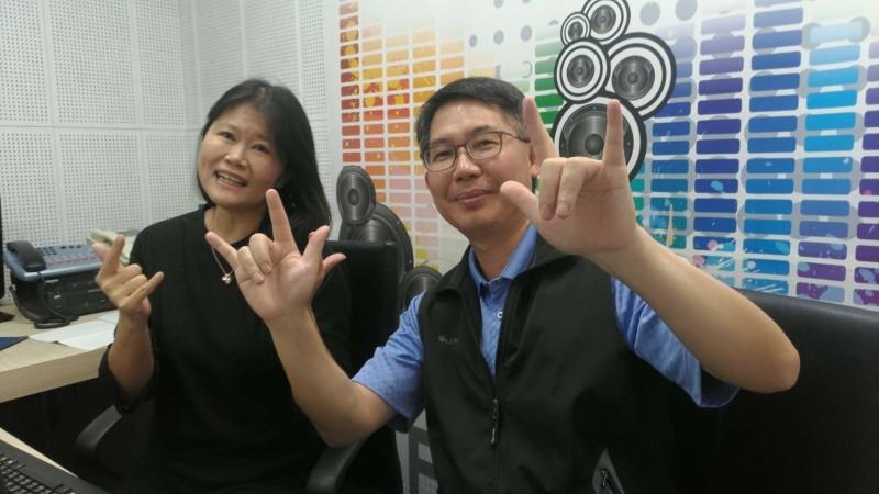 中市警局四分局長吳耀南(圖右)「RAP」饒舌反毒,顛覆傳統受訪內容。(記者張瑞楨翻攝)