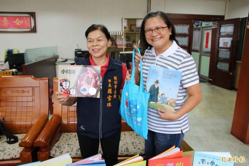 頭份市公所加碼閱讀禮,凡2014年後出生的孩童來頭份市立圖書館辦證借書,即可再加贈全新童書1冊。(記者鄭名翔攝)