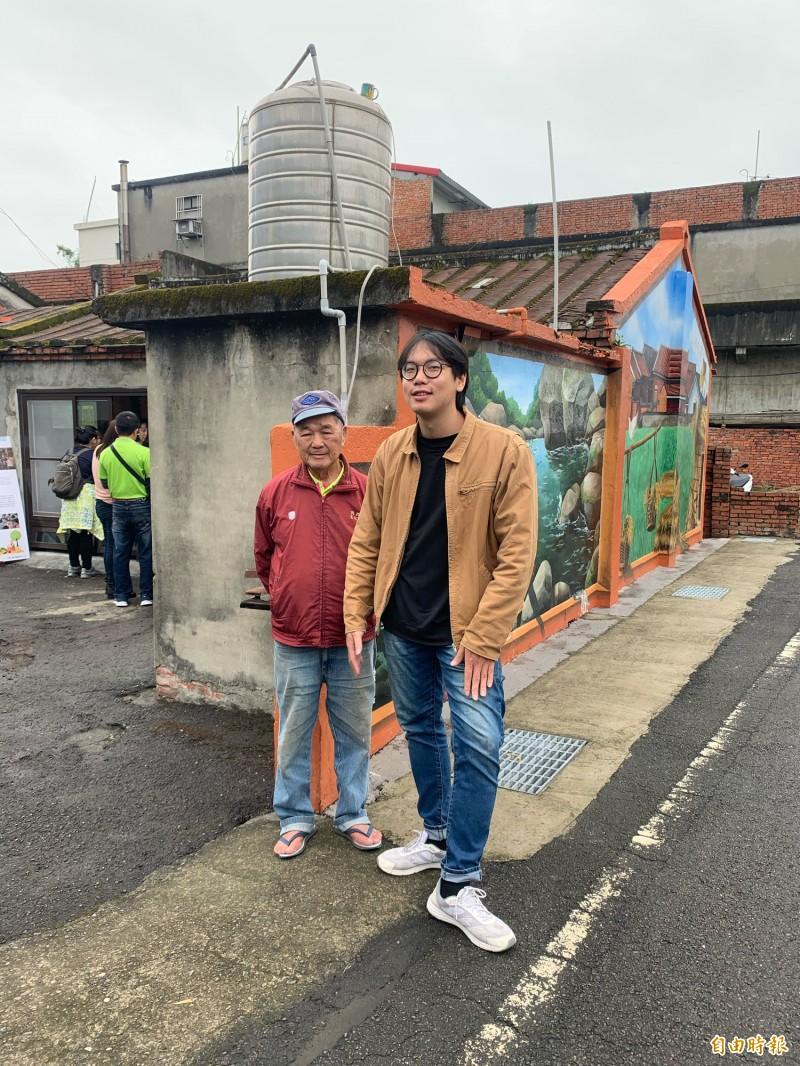 青年行動團隊隊長李柏翰(右)和老屋的屋主鍾猛相站在屋前合影。(記者陳恩惠攝)