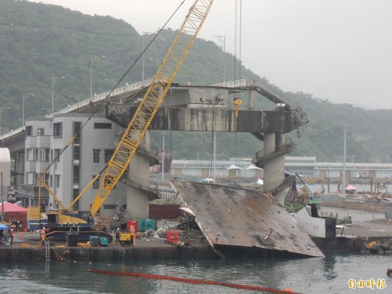 南方澳斷橋水上橋面版切割進入收尾階段,交通部要求11月5日前完成拆除工作。(記者江志雄攝)
