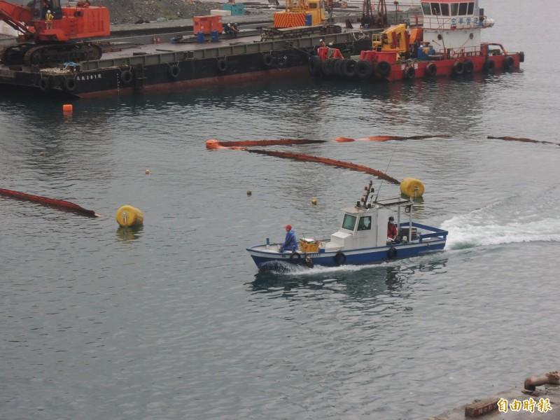 斷橋施工地點清出20公尺寬的臨時航道給漁船進出港。(記者江志雄攝)
