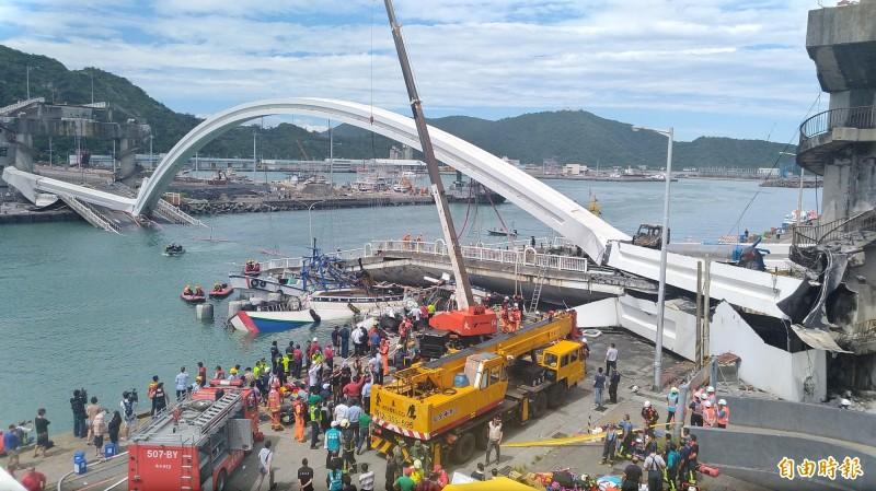 南方澳跨港大橋本月1日發生斷橋,大半橋體沈入海中。(資料照,記者江志雄攝)