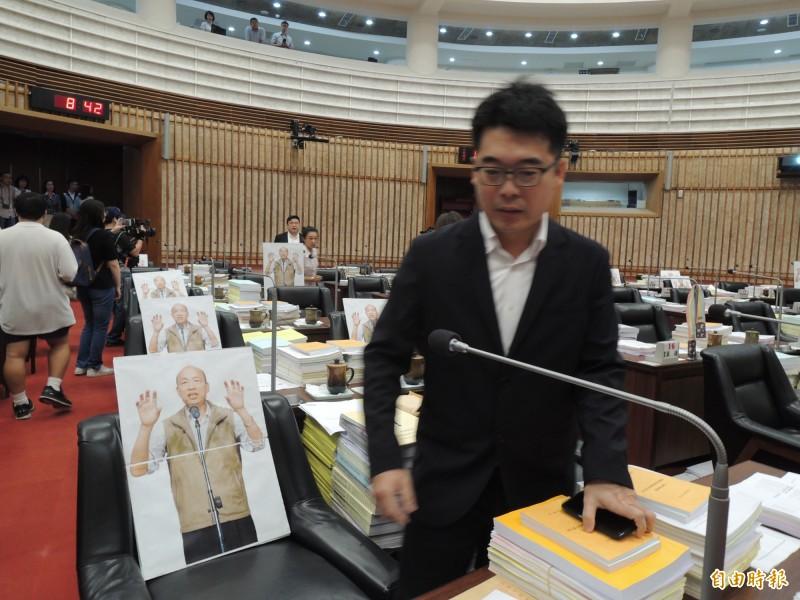 民進黨在高市議會放置韓國瑜人形立牌。(記者王榮祥攝)