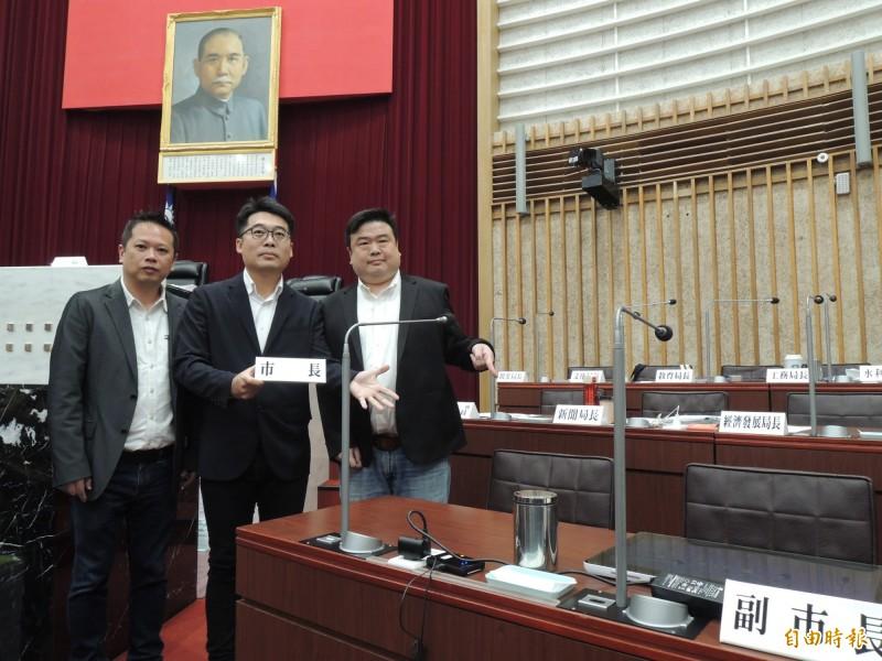 民進黨市議員與韓國瑜名牌合影。(記者王榮祥攝)
