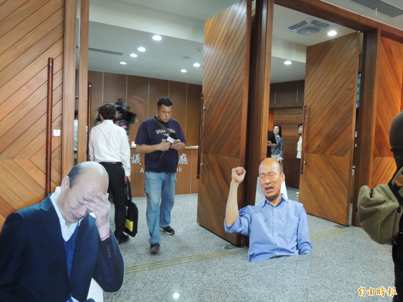 民進黨團在議事廳大門旁擺上韓國瑜立牌。(記者王榮祥攝)