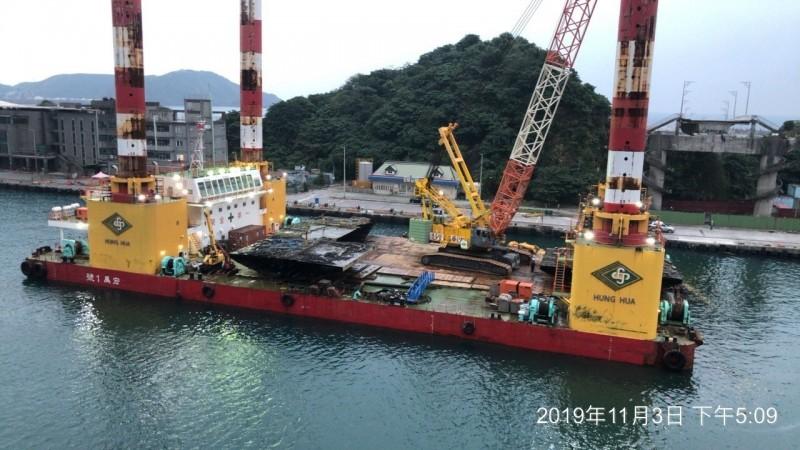 宏禹1號平台船預計明天吊離3塊橋面版。(記者江志雄翻攝)
