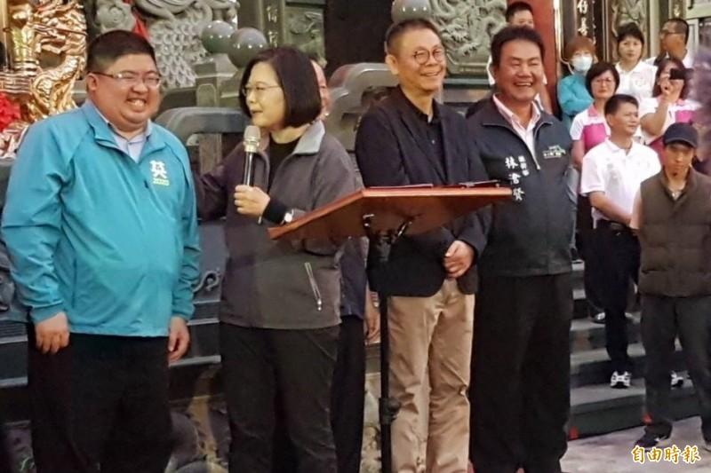 總統蔡英文(左2)說,蔡易餘(左1)唯一的問題就是沒有白白胖胖,是黑黑胖胖。(記者林宜樟攝)