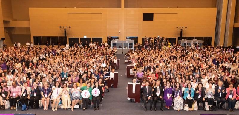 蔡總統與第4屆世界婦女庇護安置大會與會者合影。(高雄市社會局提供)
