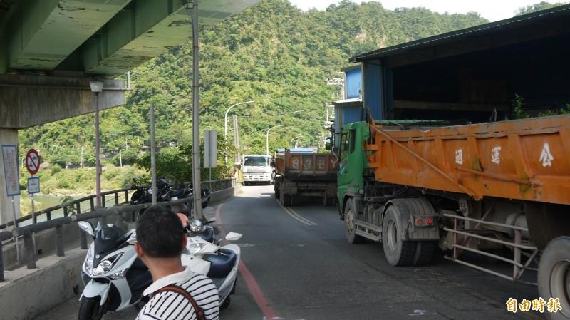 暖江橋每天有大量重車通過,議員們擔心其承重、振幅及金屬疲勞等問題應重新預估。(記者林欣漢攝)
