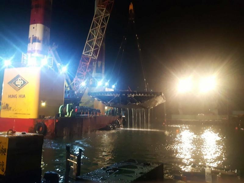 施工團隊今天凌晨吊離最後一塊橋面版,象徵南方澳跨港大橋走入歷史。(記者江志雄翻攝)