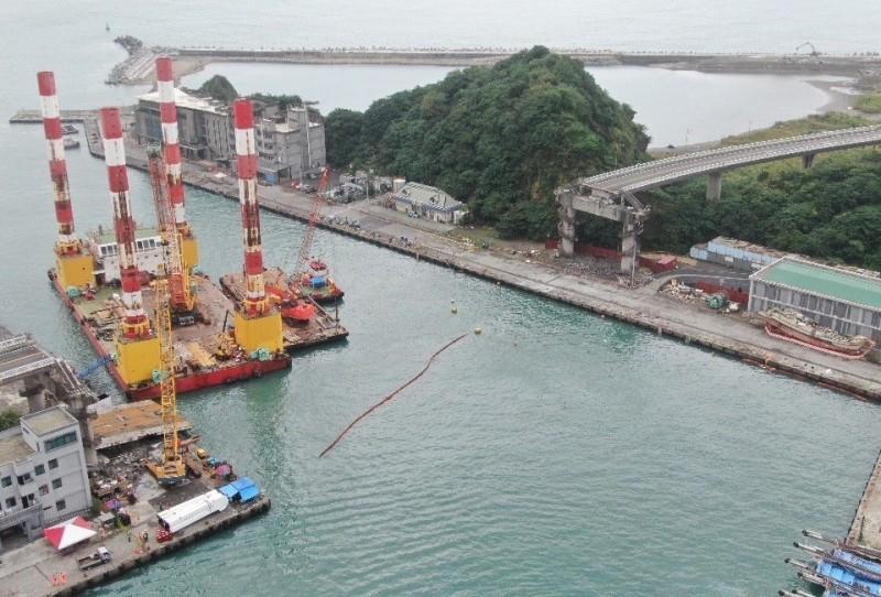 斷橋拆除期間,宏禹一號停在施工區海面當作業平台。(資料照,記者江志雄翻攝)