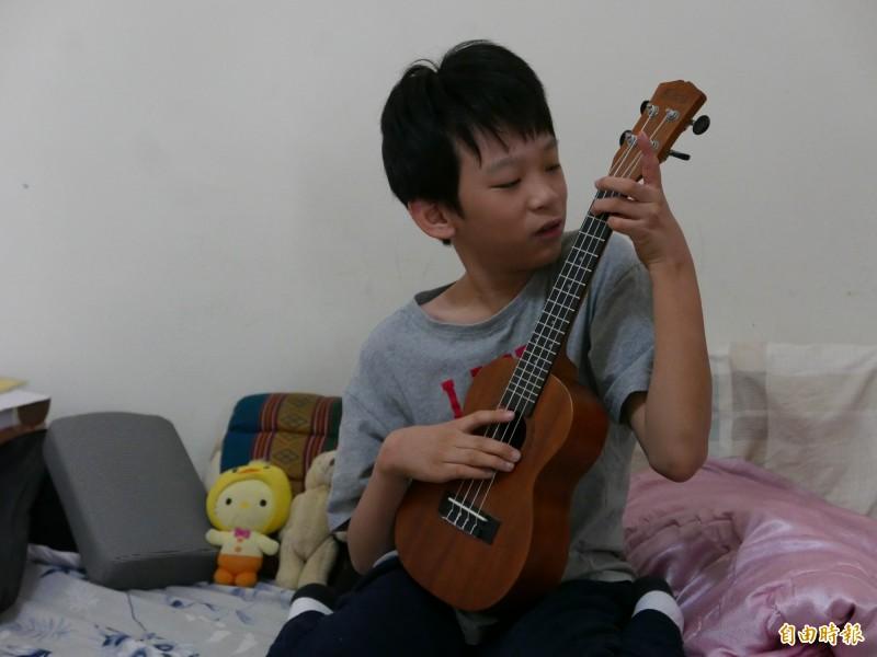 林易肢體張力過強,經長期復健,現在學會單琴和烏克麗麗。(記者蔡淑媛攝)
