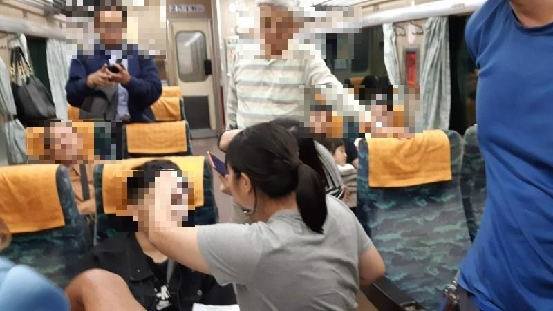 楊姓女消防隊員為車內癲癇乘客第一時間緊急處置。(記者黃明堂攝)