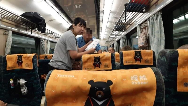 花蓮消防局新秀分隊楊姓女隊員今天坐南迴列車途中,巧遇乘客癲癇發作,高度專業處置。(記者黃明堂攝)