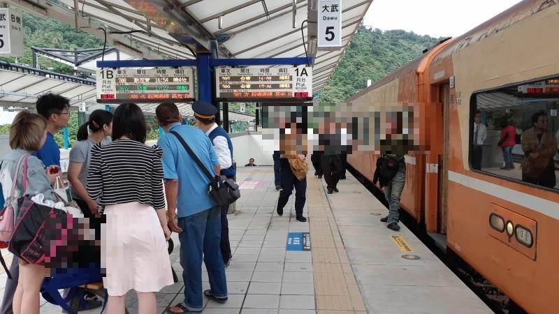 這列南迴莒光號列車有乘客癲癇發作,停靠大武站等待救護車,幸好車內有消防隊員緊急處置。(記者黃明堂攝)