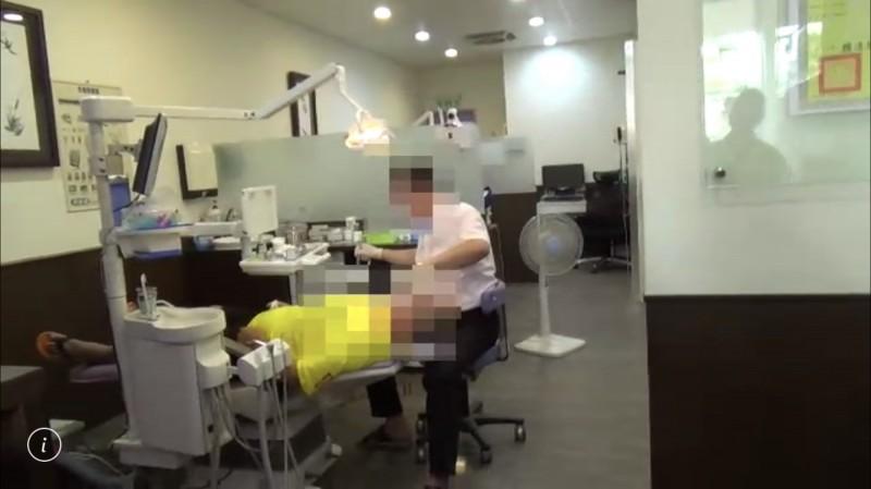 高雄檢警赴台南破案逮潘姓醫生(右),當場查獲假牙醫看診。(民眾提供)