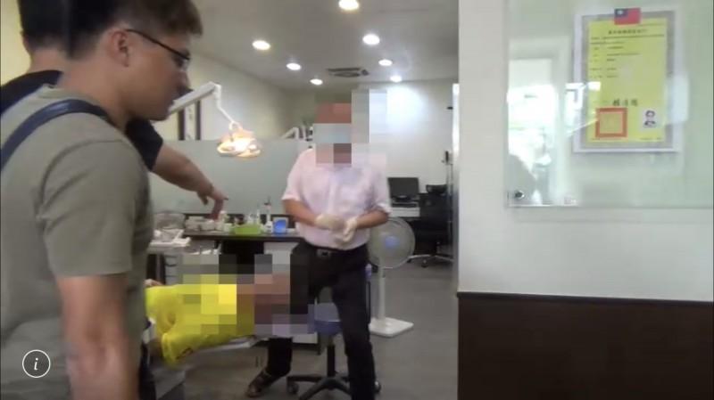 老高雄檢警赴台南破案逮潘姓醫生(右),當場查獲假牙醫看診。(民眾提供)