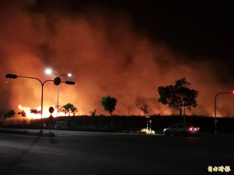 火燒甘蔗園,濃煙影響到嘉義高鐵大道行車視線。(讀者提供)