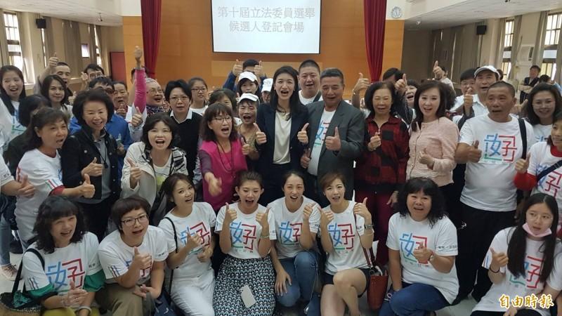 戴寧(第二排左六)由婆婆媽媽助選團簇擁,完成下屆嘉市立委選舉登記。(記者丁偉杰攝)