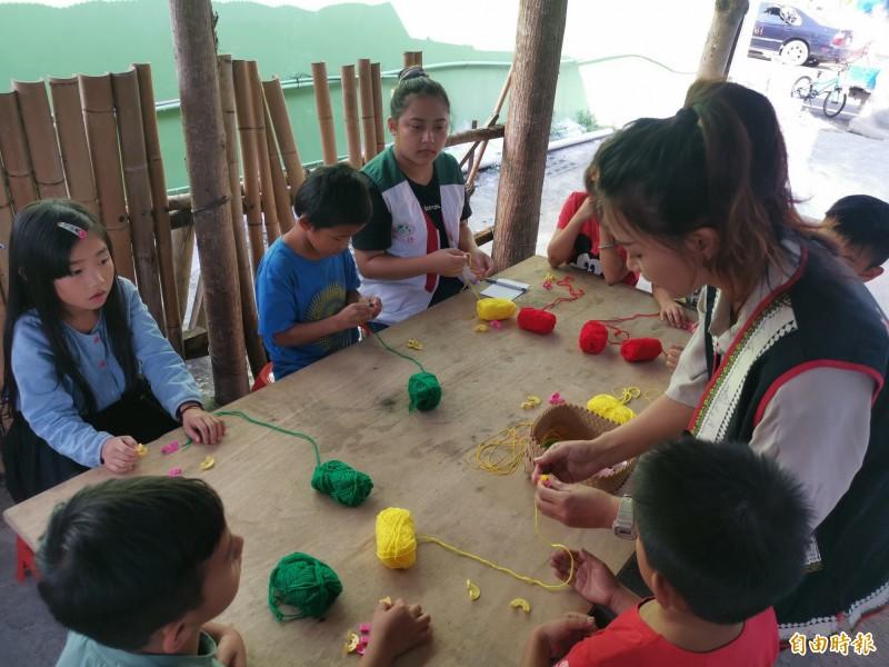 家扶老師每個週六在那瑪夏區達卡努瓦里陪伴原鄉的孩子玩桌遊、聽故事、做手工藝品。(記者黃佳琳攝)