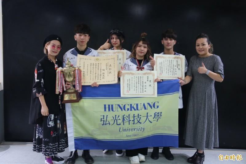 弘光學生參加第69回日本藝術祭比賽,在藝術長髪包頭組大滿貫、獲女子剪染組審查員特別賞 。(記者張軒哲攝)