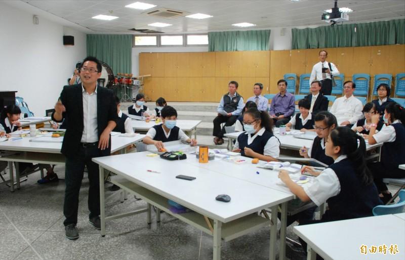 王政忠(前左)創新教學法,不只教育部長來觀課,香港老師也要來學習。(資料照,記者陳鳳麗攝)