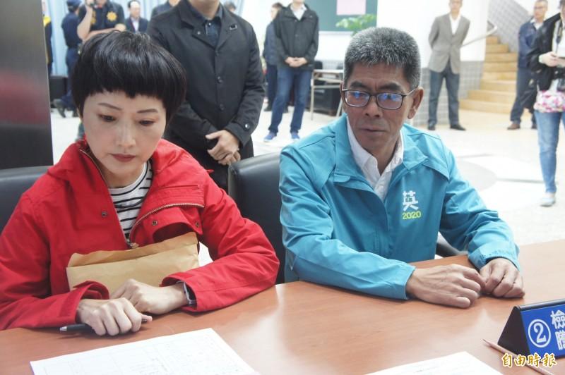 民進黨籍立委楊曜在妻子陪同下,完成立委選舉登記尋求三連霸。(記者劉禹慶攝)