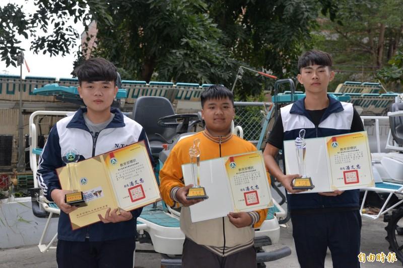 台東專校高職部學生胡木(右)獲金手獎第1名、王承岳(中)金手獎第3名,莊適成(左)優勝第7名。(記者黃明堂攝)