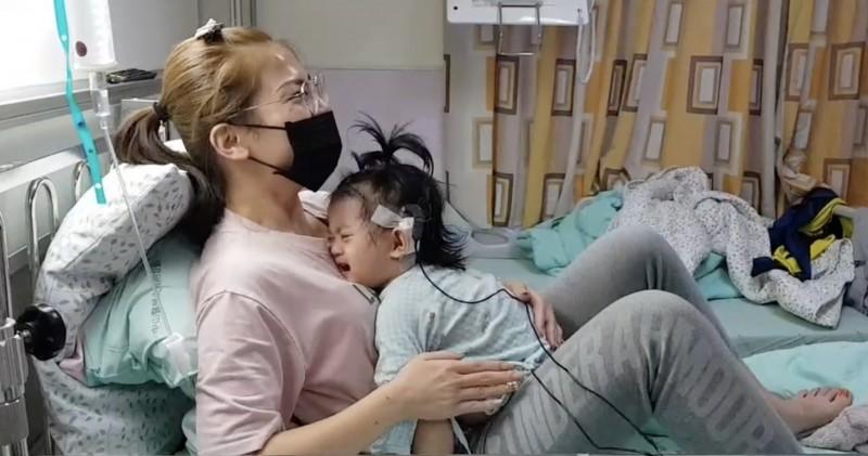 簡小妹裝上電子耳後,第一次聽到聲音後嚇哭了,讓媽媽非常驚喜。(記者蔡淑媛翻攝)