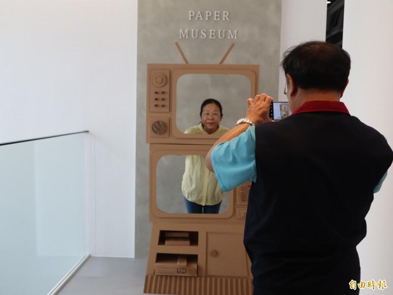 紙博館還有紙製的電視供民眾拍照抯打卡。(記者歐素美攝)