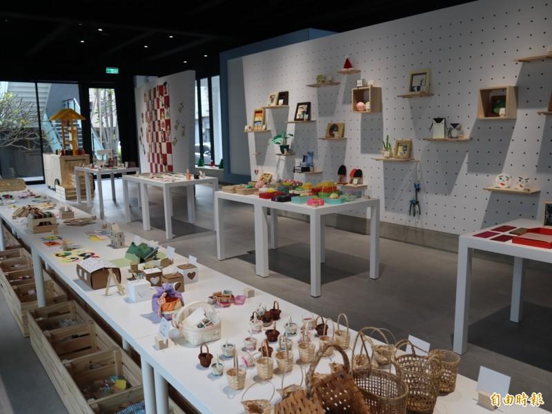 紙博館內陳列各式紙張及工藝製品。(記者歐素美攝)