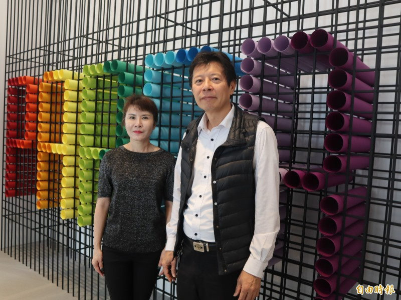 台中市民羅迪卿(右)及太太劉姿良,斥資上億打造「紙博館」。(記者歐素美攝)