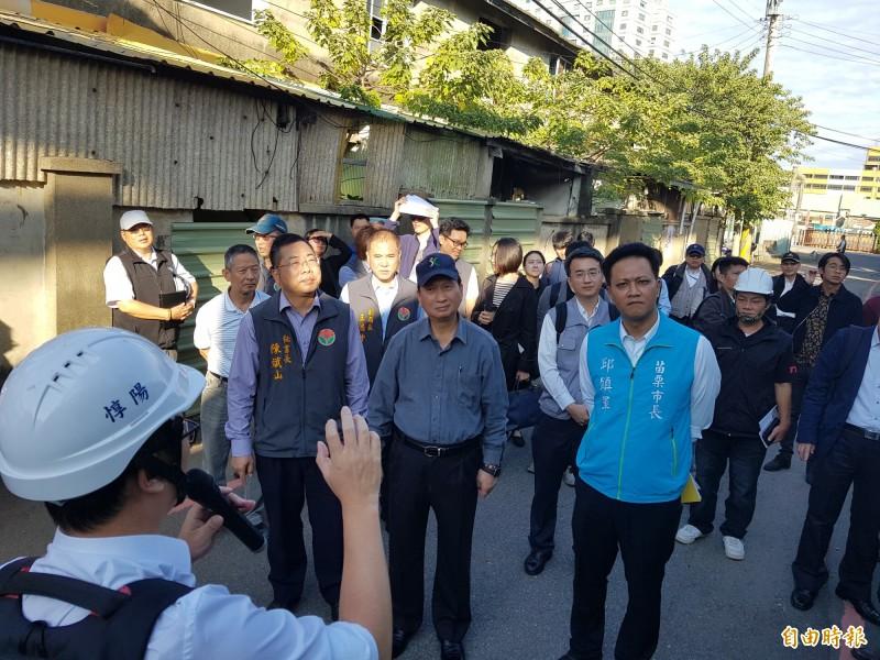 行政院公共工程委員會主委吳澤成(前排中)昨天現勘了解進度。(記者彭健禮攝)