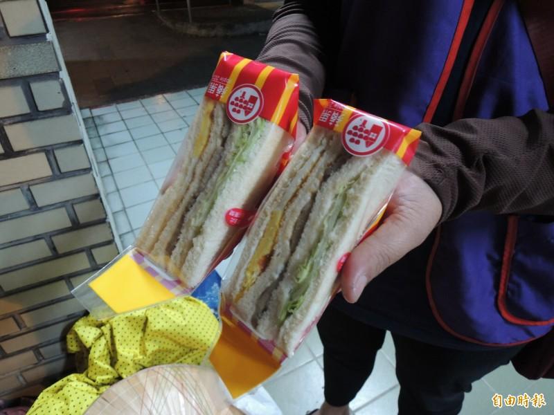 陳媽媽3餐吃三明治果腹。(記者江志雄攝)