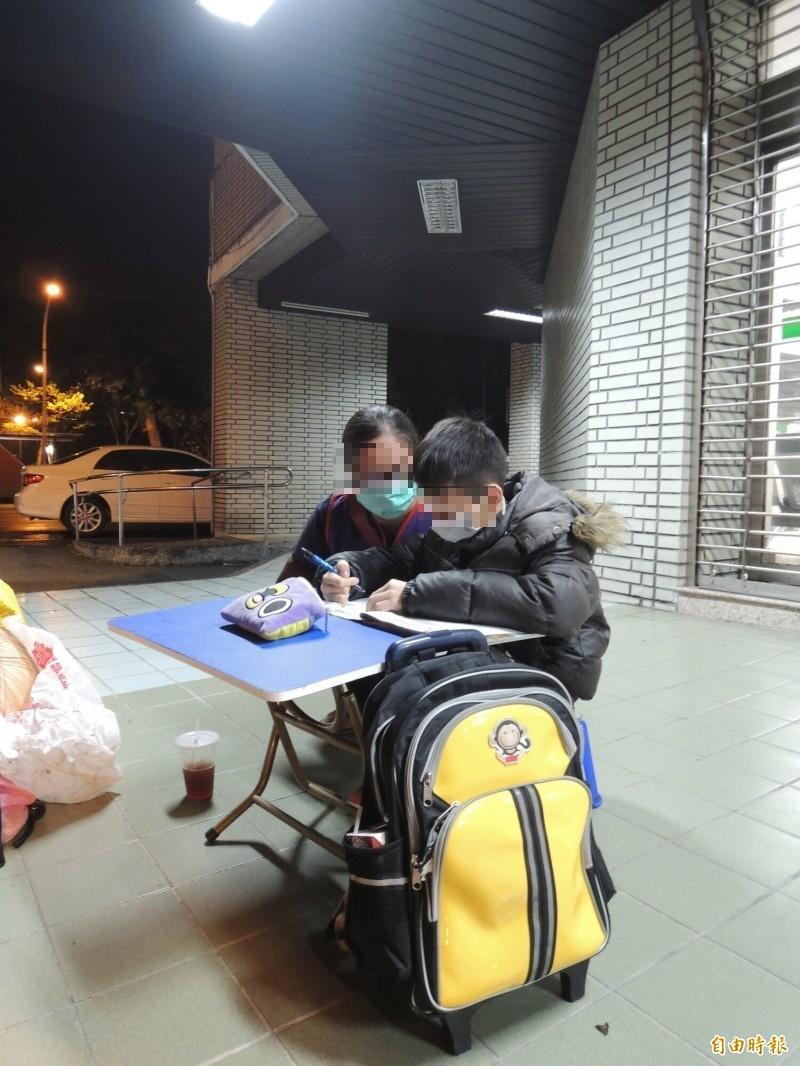 陳姓單親媽11歲的兒子,晚上在礁溪郵局騎樓「借光夜讀」。(記者江志雄攝)