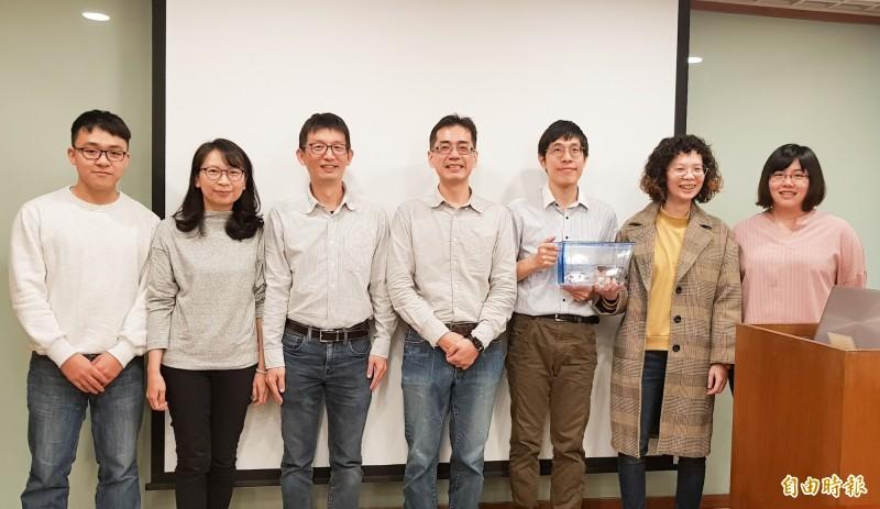 中研院細生所助研究員陳振輝(左四)團隊,成功證實「再生記憶」可以被改寫。(記者簡惠茹攝)