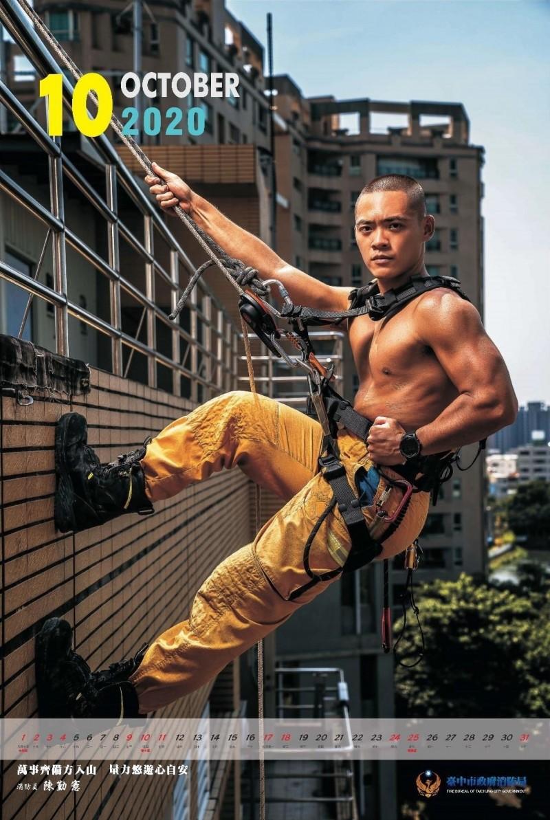 消防員陳勤憲垂降英姿,他曾奪得國際繩索救援比賽獎項。(記者張瑞楨翻攝)