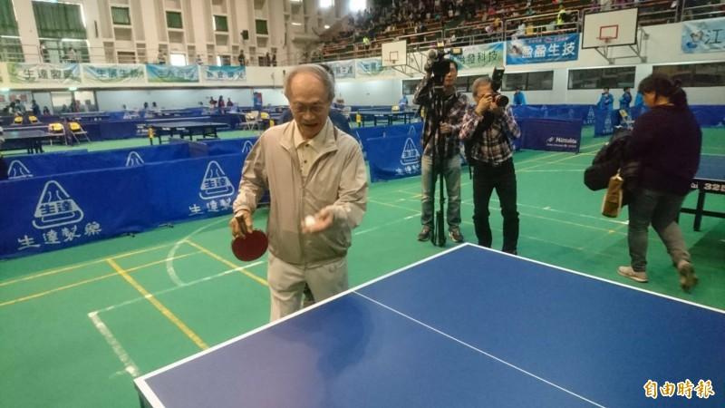 83歲的生達董事長范進財開球。(記者楊金城攝)