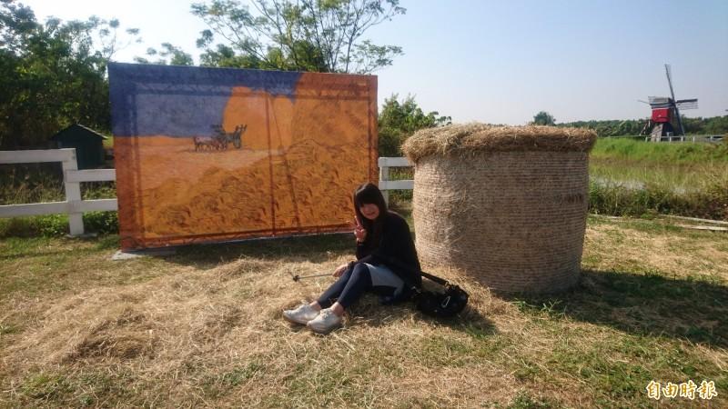 德元埤荷蘭村把梵谷名畫搬進園區。(記者楊金城攝)