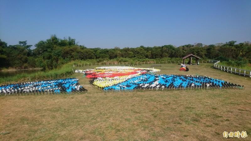 用7千多支小風車排列裝飾出梵谷自畫像,成了遊客必拍合照。(記者楊金城攝)