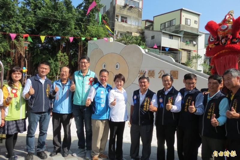 大里光榮公園今日啟用,市長盧秀燕(左六)主持。(記者蘇金鳳攝)