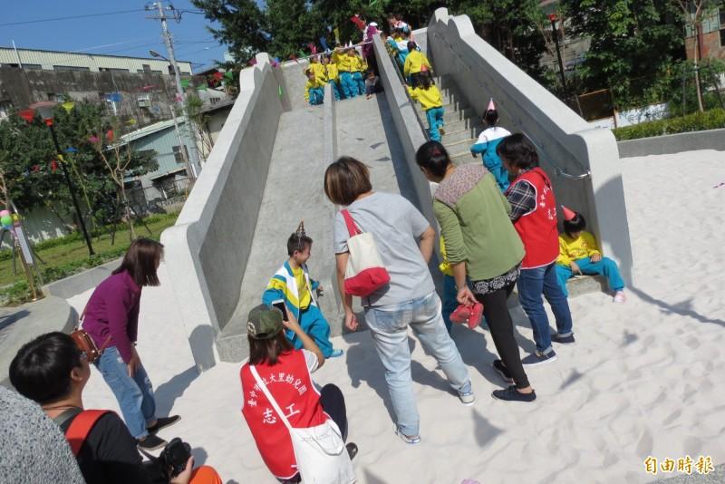 大里光榮公園今日啟用,小朋友一大早就來玩。(記者蘇金鳳攝)