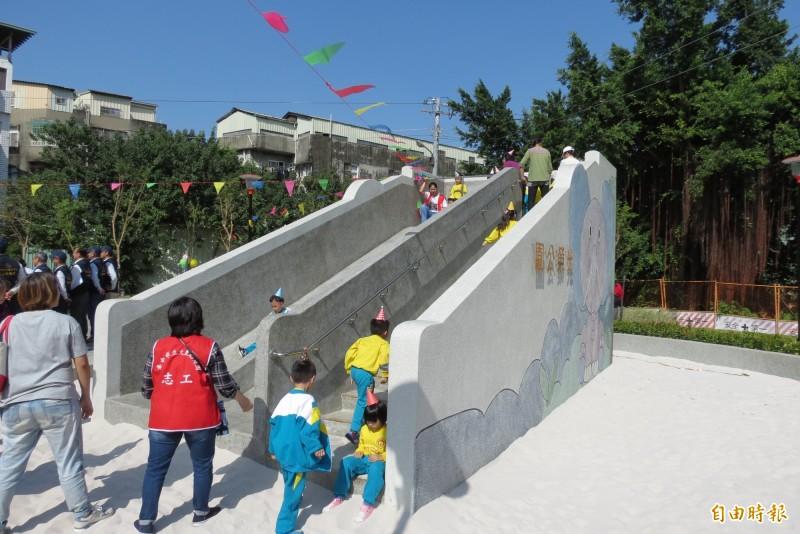 大里光榮公園啟用,大象溜滑梯小朋友超愛。(記者蘇金鳳攝)