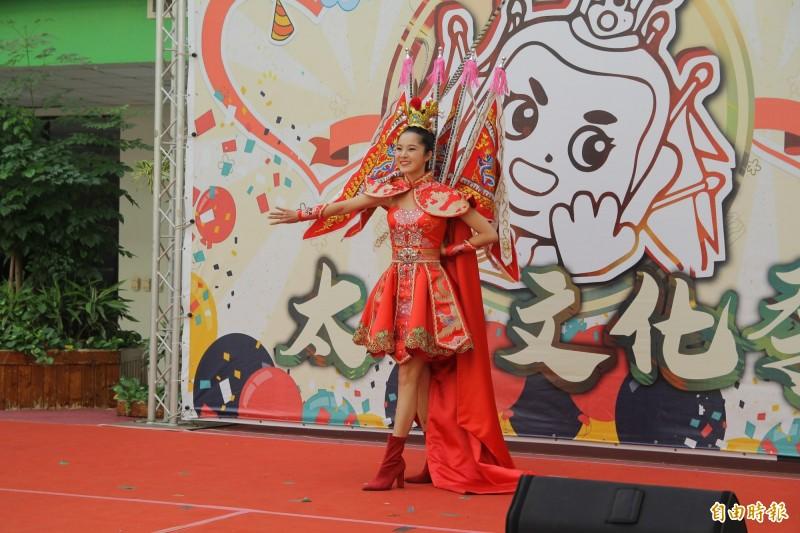 國際小姐選美台灣代表邱怡澍穿著當時參加選美的三太子元素國服亮相。(記者蔡宗勳攝)