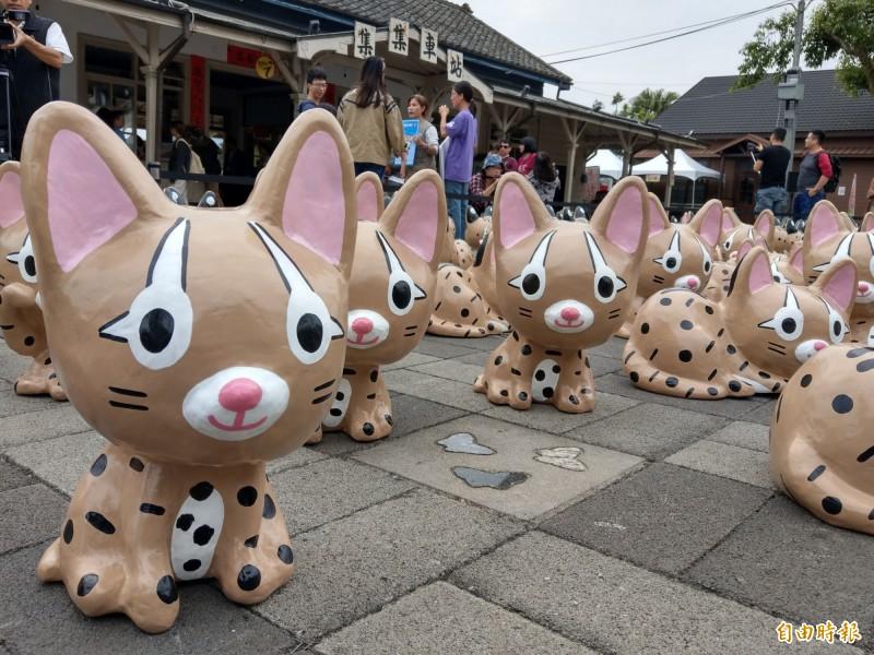 集集火車站展出500隻石虎公仔,造型相當可愛,吸引民眾前來拍照打卡。(記者劉濱銓攝)
