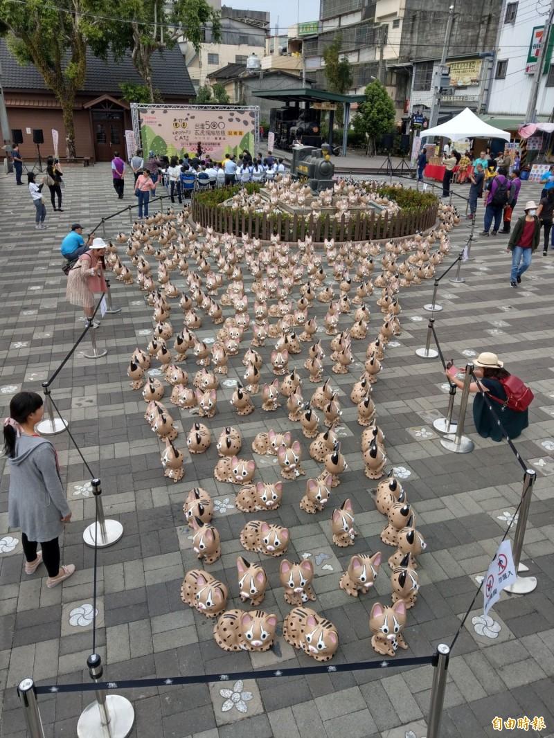 集集火車站展出500隻石虎公仔,現場還把石虎排成台灣形狀,相當特別。(記者劉濱銓攝)