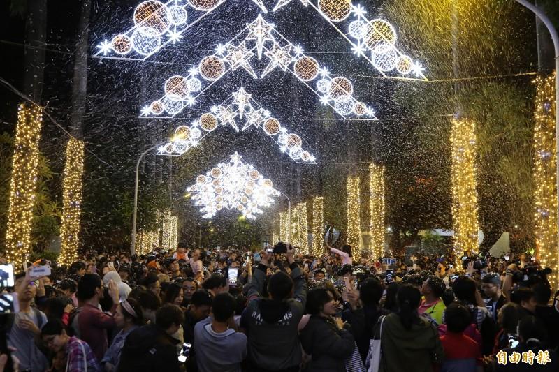 下雪了!屏東耶誕節今晚正式點燈,縣府特別出動造雪機,讓現場雪花紛飛。(記者邱芷柔攝)