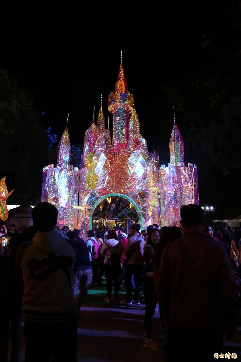 夢幻主燈「冰晶城堡」讓民眾宛如置身迪士尼。(記者邱芷柔攝)