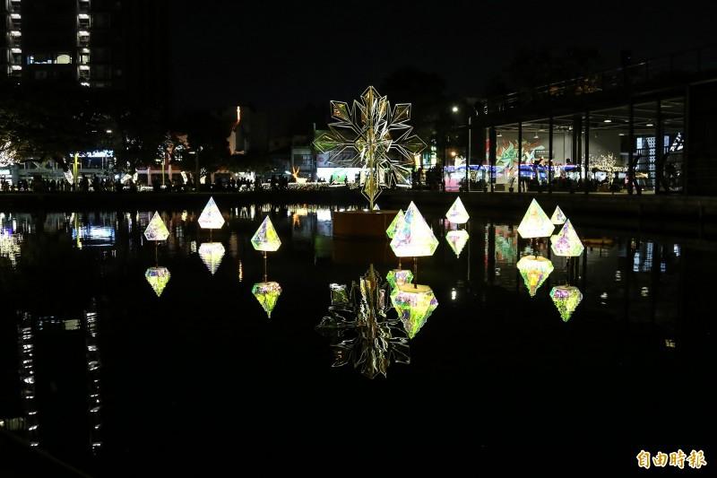 屏東公園設置超過10組特色燈飾及光環境。(記者邱芷柔攝)