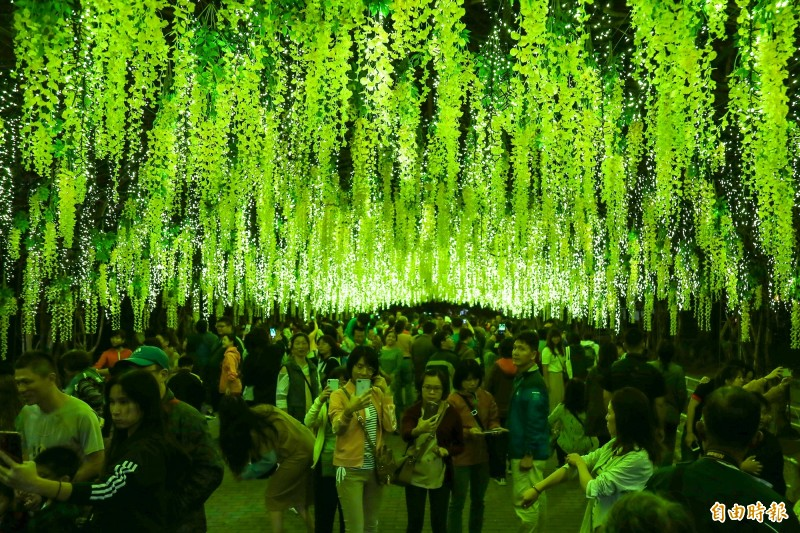 屏東公園成為熱門的耶誕打卡景點。(記者邱芷柔攝)